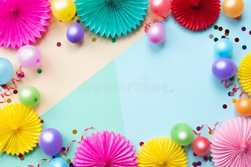 Бумажные цветки текстуры с confetti на предпосылке цвета Предпосылка дня рождения, праздника или партии r стоковые изображения