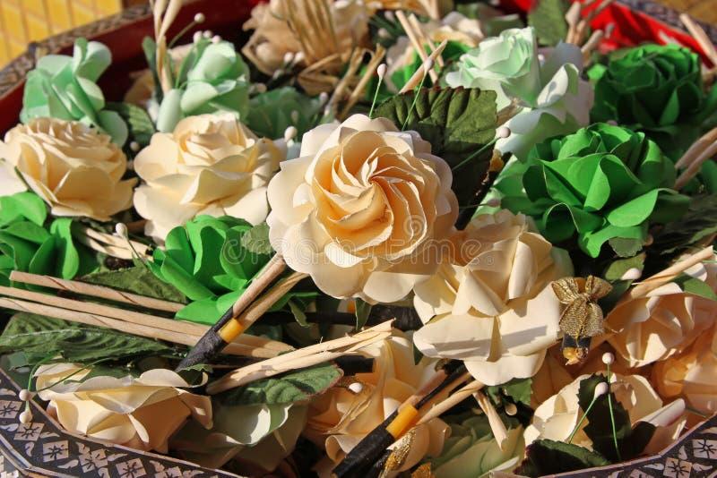 """Бумажные цветки """"имя Mai Chan Dok тайское этого цветка """"на черном Phan в похоронной церемонии стоковое изображение rf"""