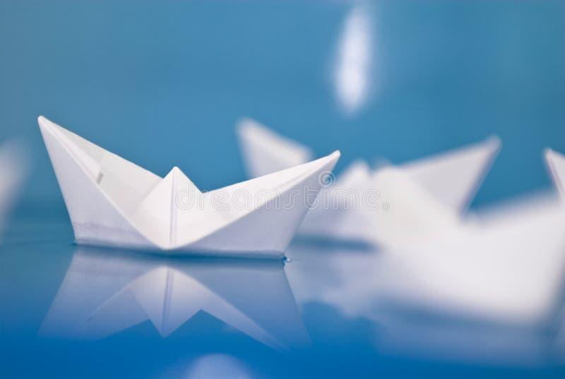Бумажные шлюпки origami стоковые фотографии rf