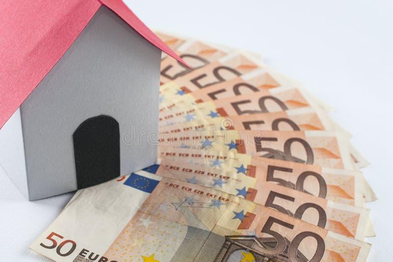 Бумажный дом на вентиляторе банкноты 50 евро: жулик ипотеки и займа стоковые изображения rf