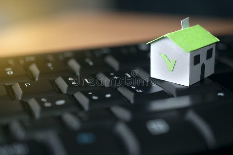Бумажный дом на клавиатуре компьютера: ипотека и концепция займа стоковые фотографии rf
