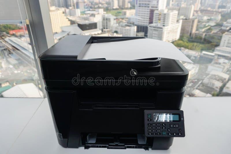 Бумажный лист на принтере в офисе стоковые изображения