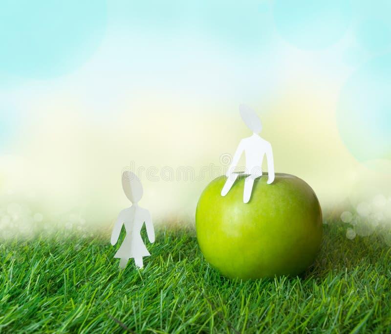 Download Бумажный мальчик и девушка с яблоком Стоковое Фото - изображение насчитывающей трава, цвет: 37929766