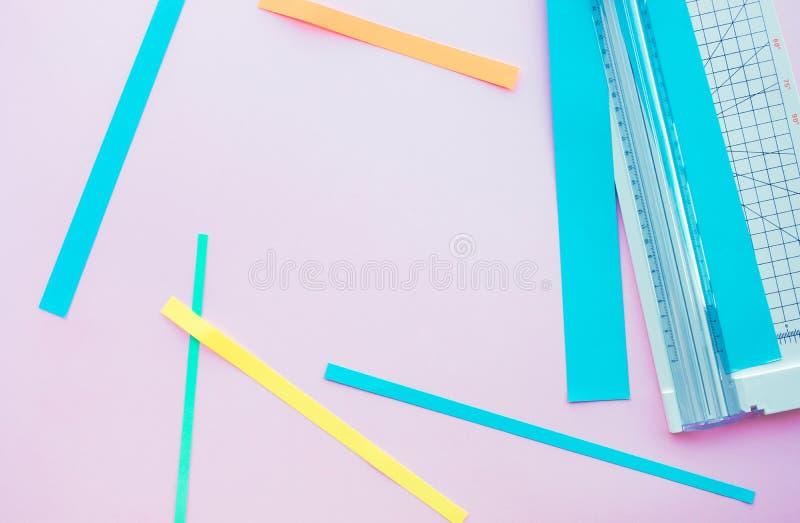 Бумажный отрезок с инструментом в красочном с космосом предпосылки стоковые изображения