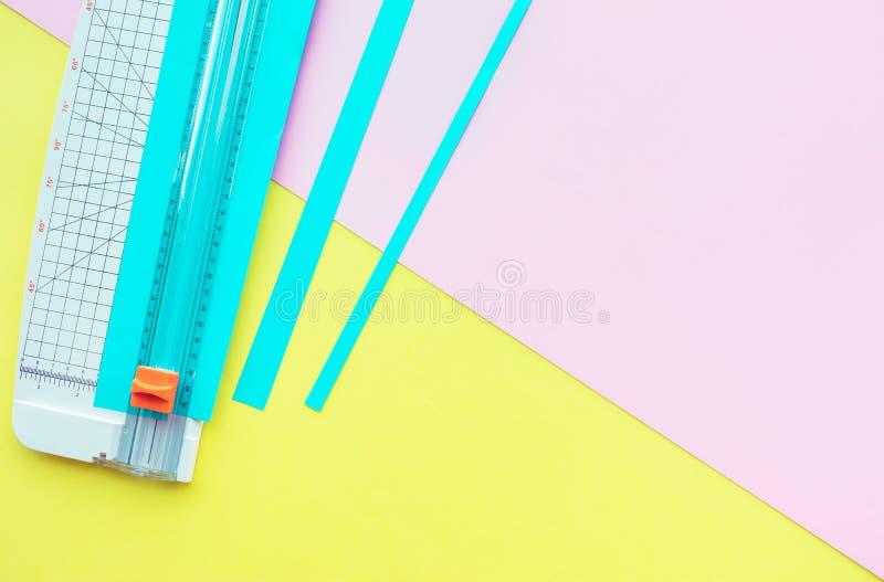 Бумажный отрезок с инструментом в красочном с предпосылкой космоса стоковые изображения rf