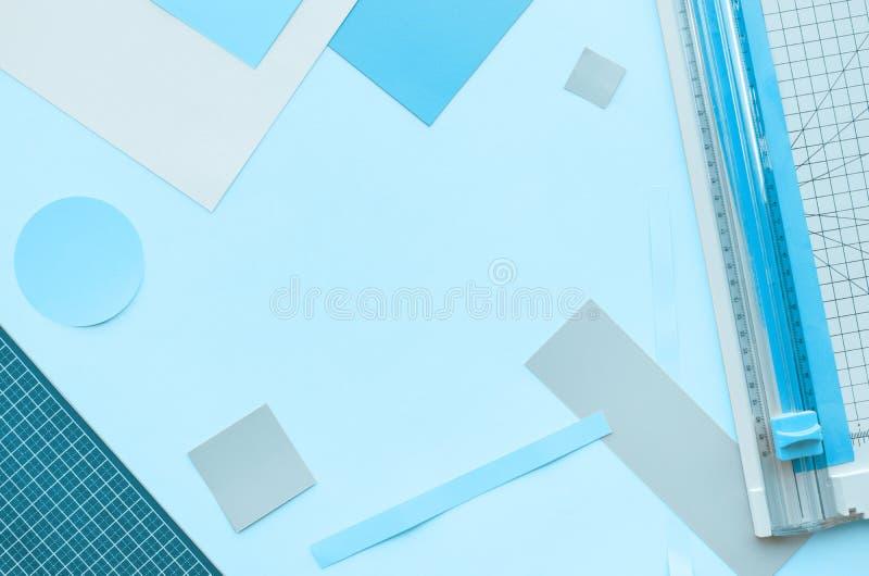 Бумажный отрезок с инструментом в красочном с предпосылкой космоса стоковое изображение rf
