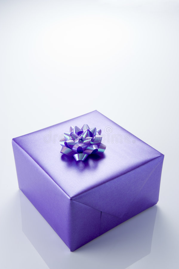 бумажный присутствующий обернутый пурпур стоковые фото