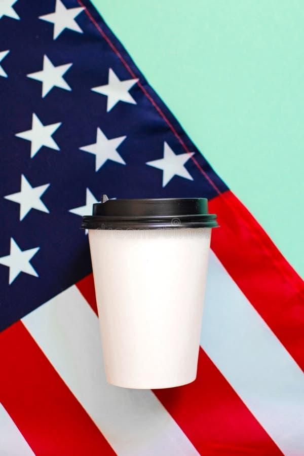 Бумажный стаканчик американского флага и кофе на предпосылке r стоковое фото