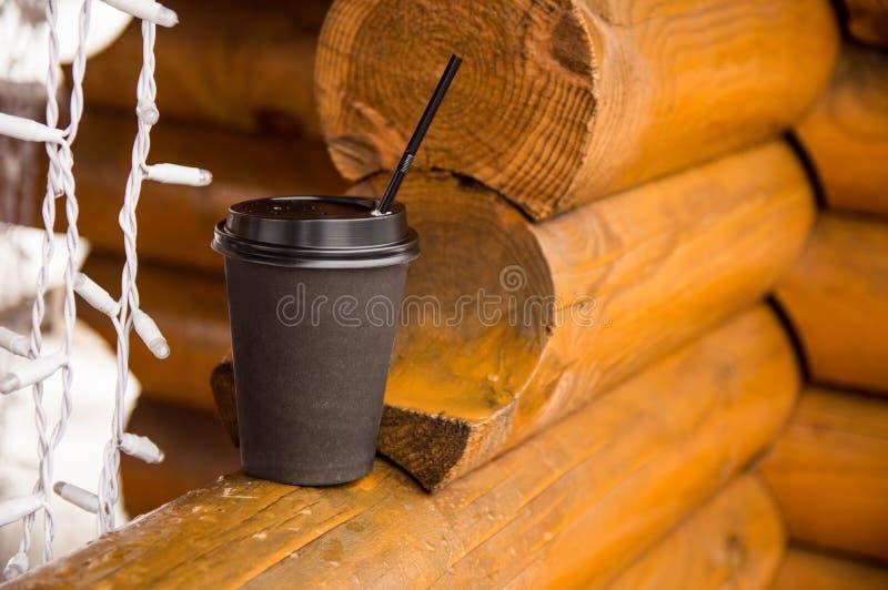 Бумажный стаканчик со стойками кофе на деревянном журнале стоковое изображение rf
