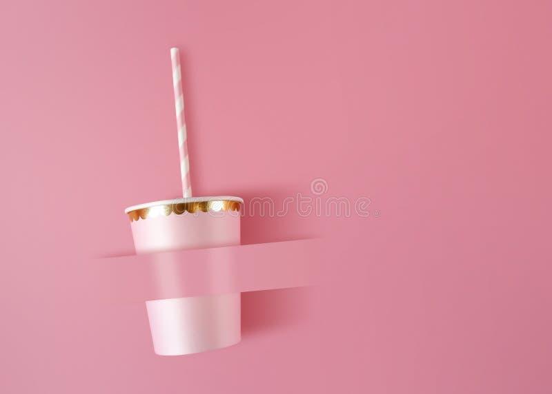 Бумажный стаканчик с соломами на розовой предпосылке торжества Розовые чашки сделали из картона для стиля партии стоковые фотографии rf