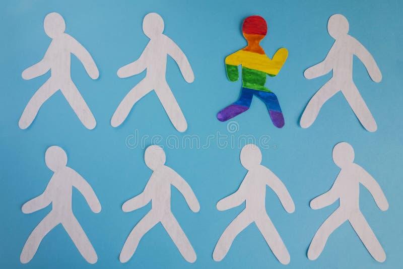 Бумажный человек покрашенный в цветах флага LGBT бежит из серой массы иллюстрация штока