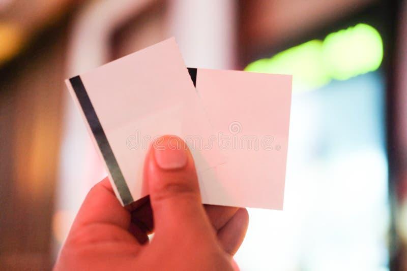 2 бумажных билета кино в руке стоковое фото