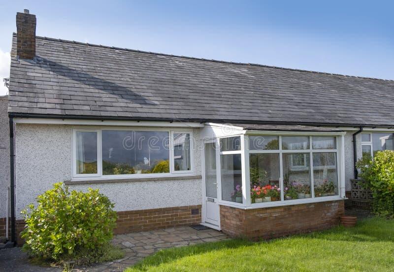 Бунгало Великобритании, типичный пригородный дом одиночного этажа стоковое фото