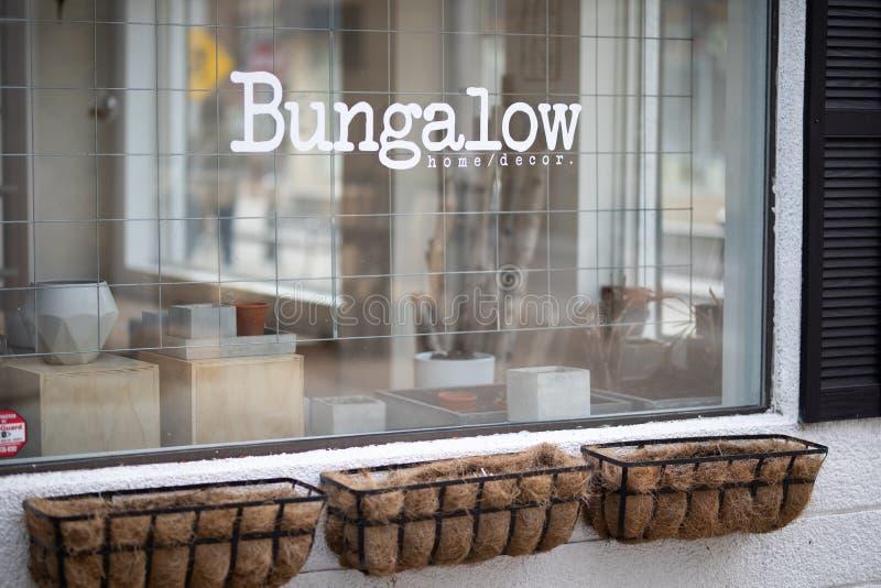 Бунгало внешней витрины магазина майны 17-ое апреля 2019 Виндзор Онтарио Канады ультрамодное девичье стоковые фото