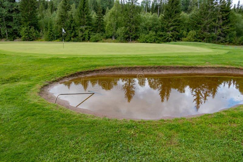 Бункер вполне воды на поле для гольфа стоковые изображения rf