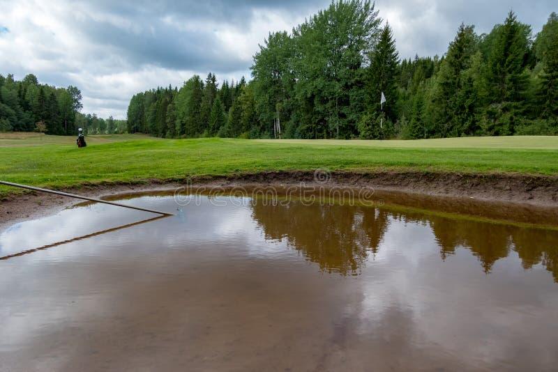 Бункер вполне воды на поле для гольфа стоковая фотография