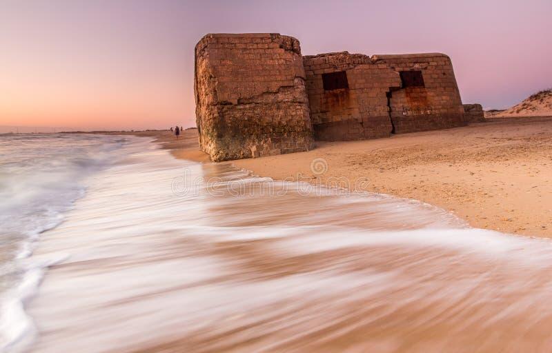 Бункер в руинах на пляже стоковые изображения rf