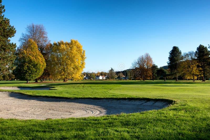Бункер на поле для гольфа с деревьями стоковые изображения