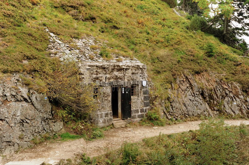 Бункер построенный в утесе стоковая фотография