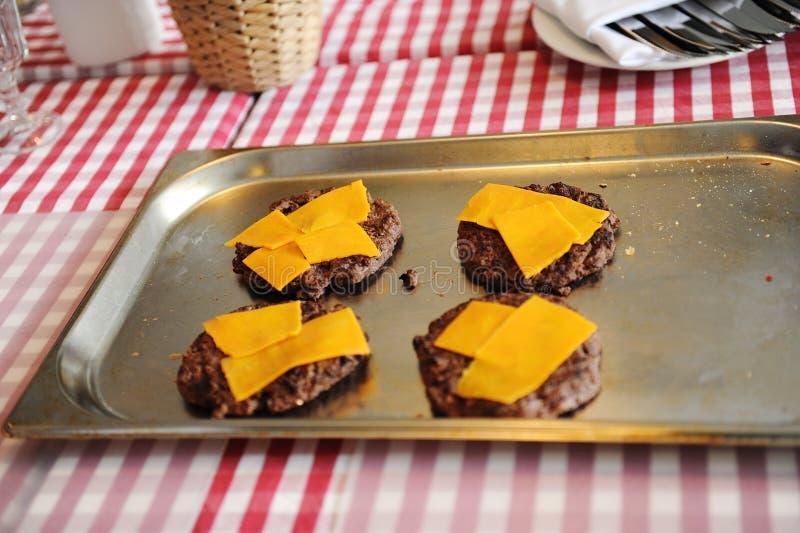 Бургеры барбекю мяса говядины или свинины с сыром чеддера стоковое изображение