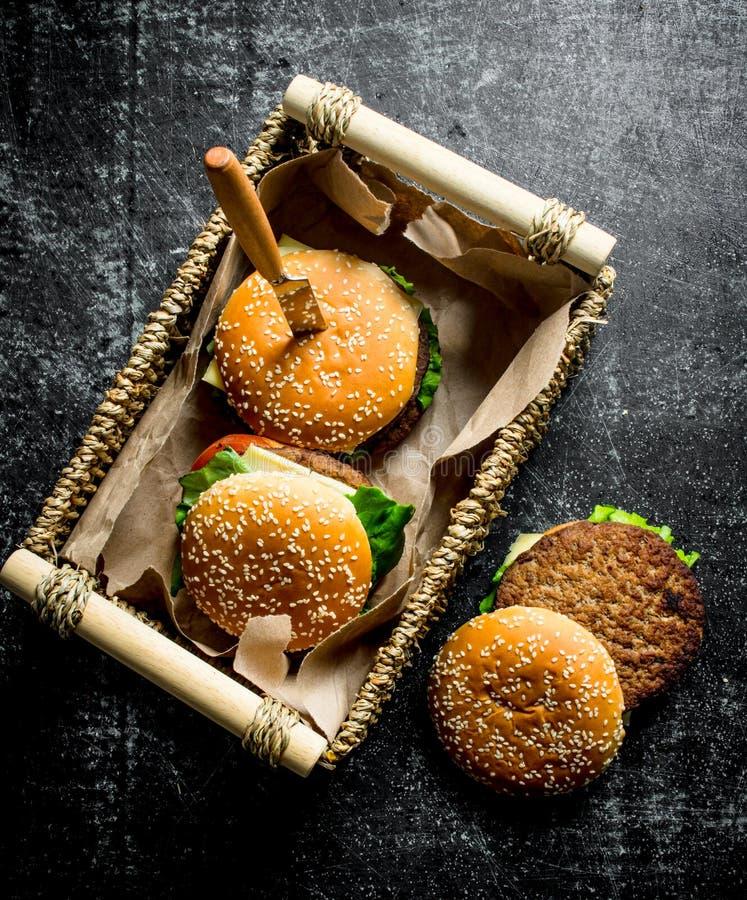 Бургеры в корзине с ножом стоковая фотография rf