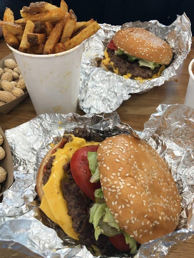 Бургеры и фраи стоковое изображение