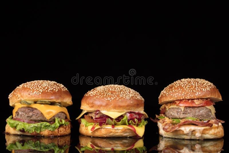 Бургеры на черном стекле стоковые фотографии rf