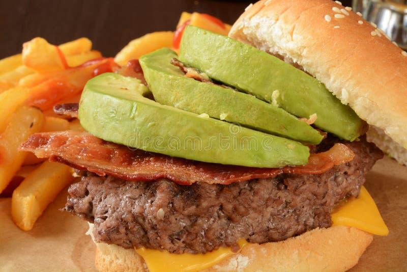 Бургер авокадоа бекона стоковые фотографии rf