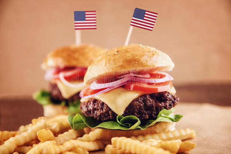 Бургер американского сыра с фраями и колой француза стоковые фото