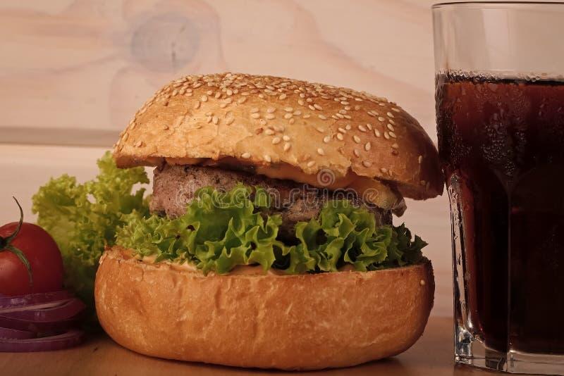 бургер Большой вкусный аппетитный свежий бургер зеленого cutle мяса куска бекона сыра салата стоковые фото