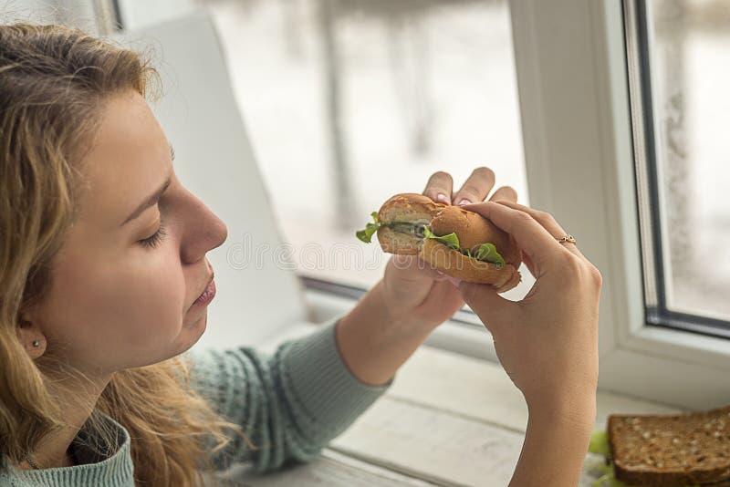 бургер есть девушку стоковые изображения