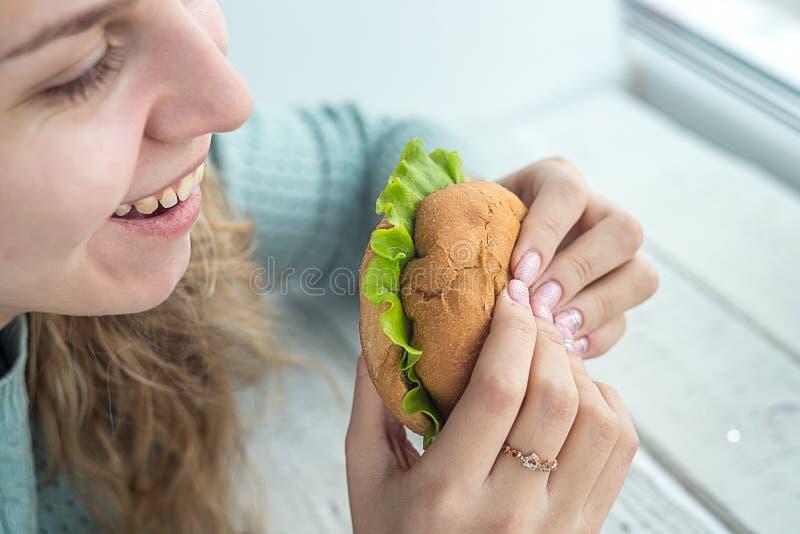 бургер есть девушку стоковое фото rf