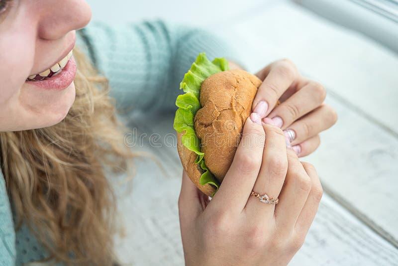 бургер есть девушку стоковая фотография rf