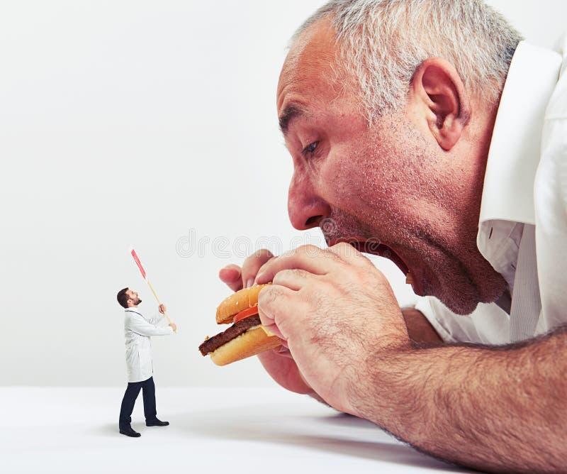 бургер есть человека стоковое фото rf