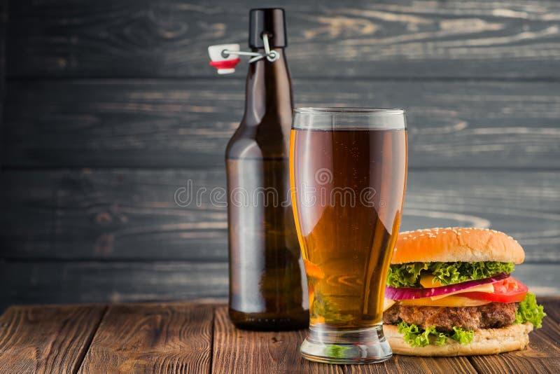 Бургер и пиво стоковое изображение rf