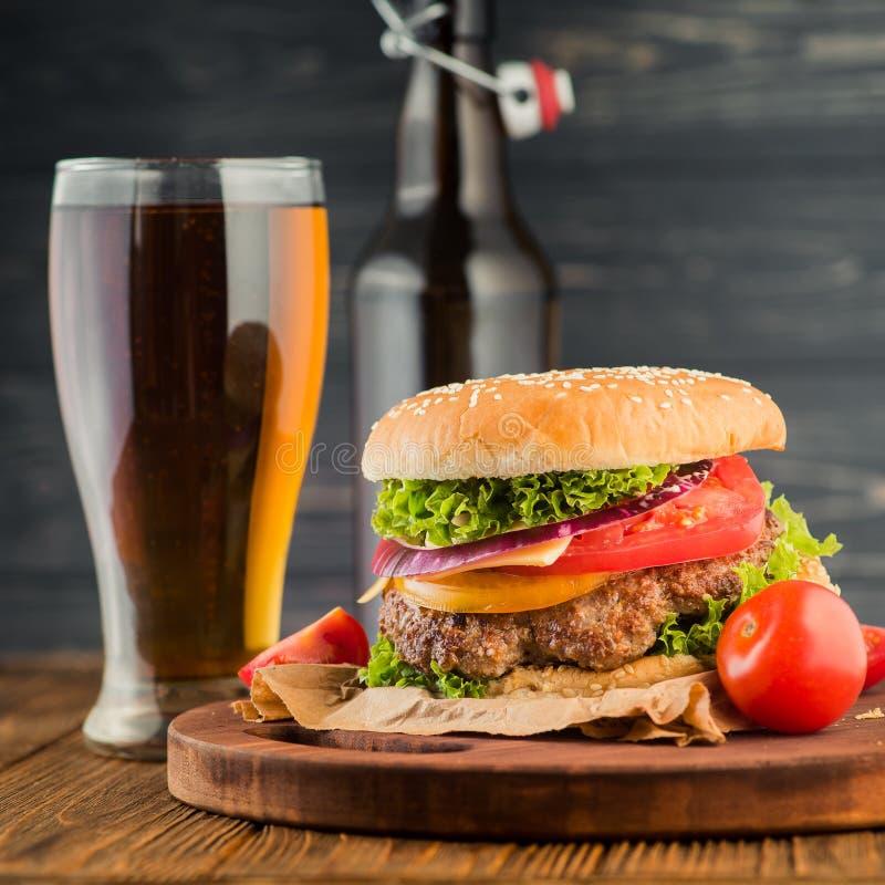 Бургер и пиво стоковое фото