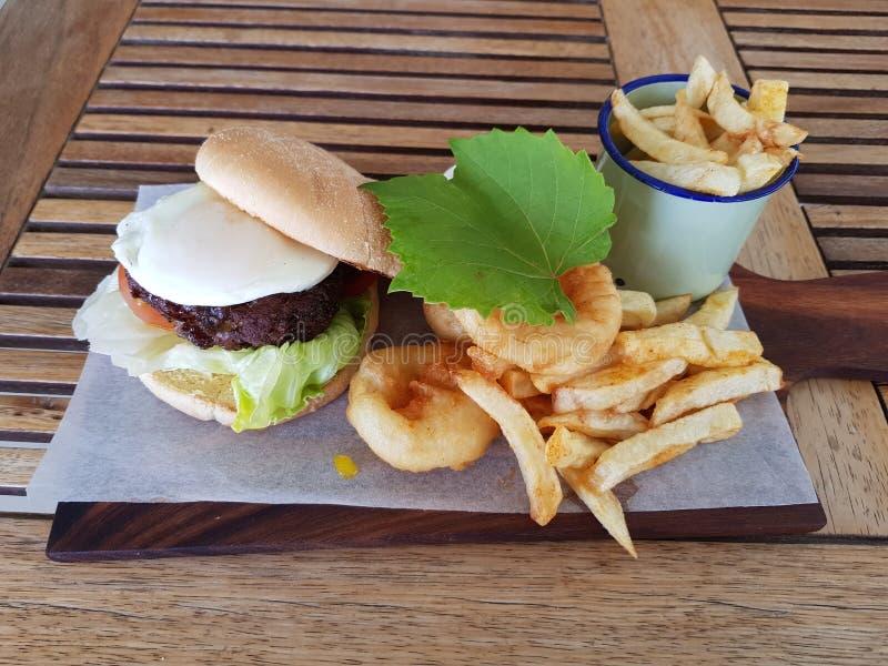 Бургер, обломоки и кольца лука стоковое фото rf