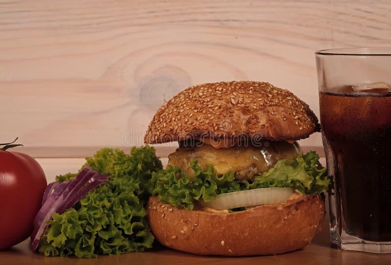 бургер Один большой вкусный аппетитный свежий бургер зеленого томата красного цвета салата стоковые изображения rf