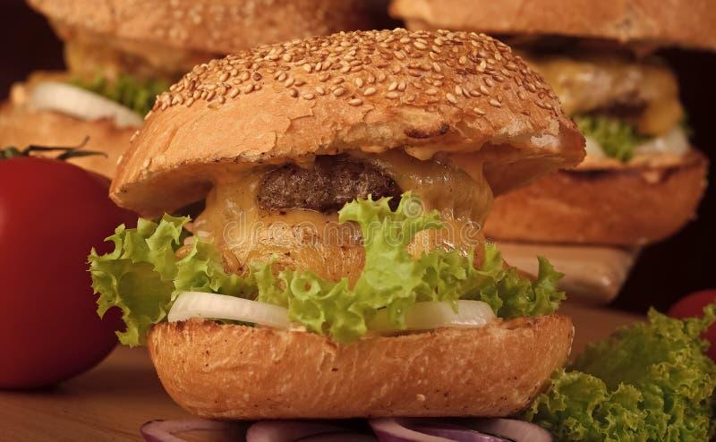 бургер Один большой вкусный аппетитный свежий бургер зеленой котлеты мяса куска бекона сыра салата стоковые изображения