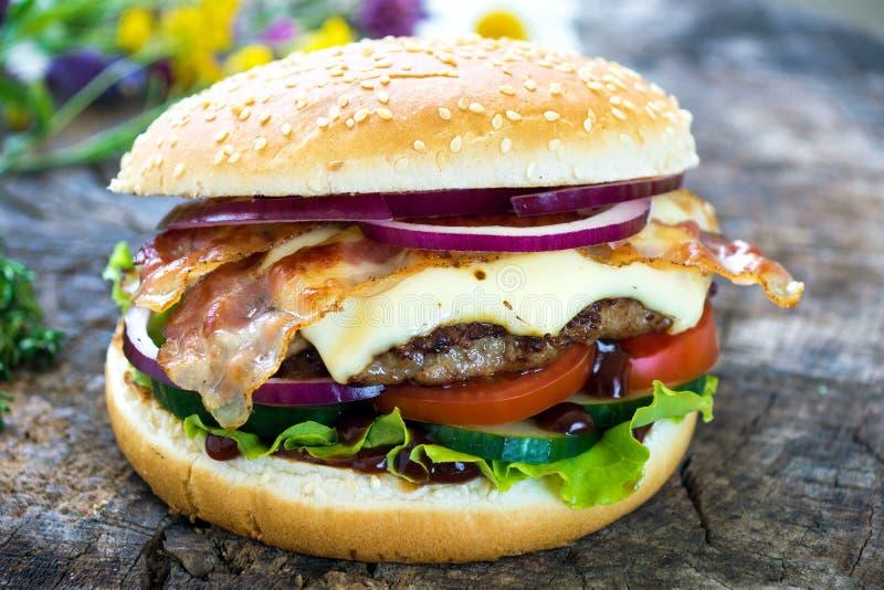 бургер домодельный стоковые изображения rf