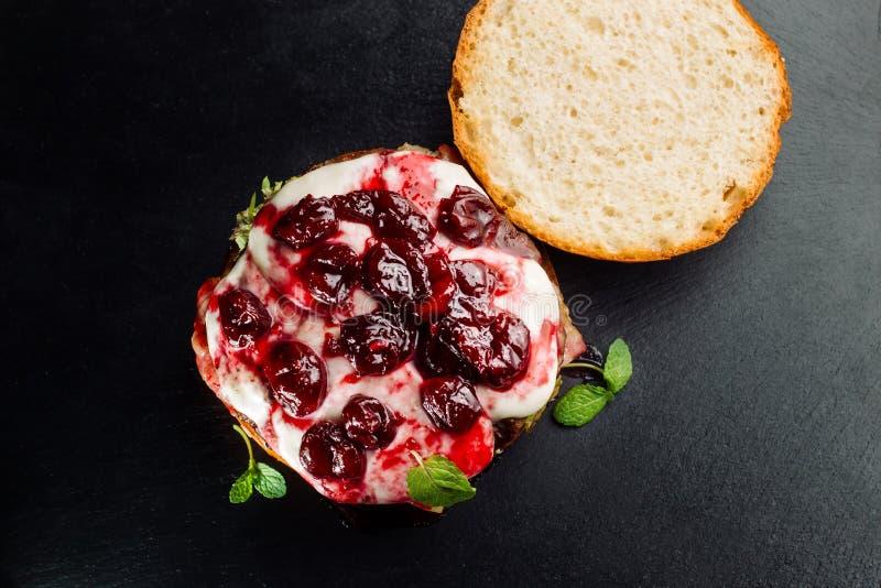 Бургер, сандвич гамбургера с котлетой семенить мяса, бри сыра, камамбера, вишни ягоды стоковые изображения rf