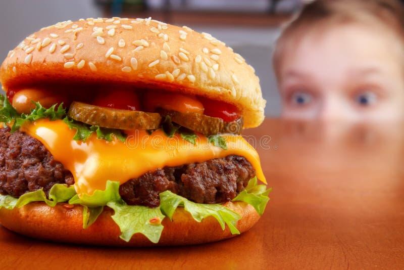 Бургер с мальчиком стоковая фотография rf