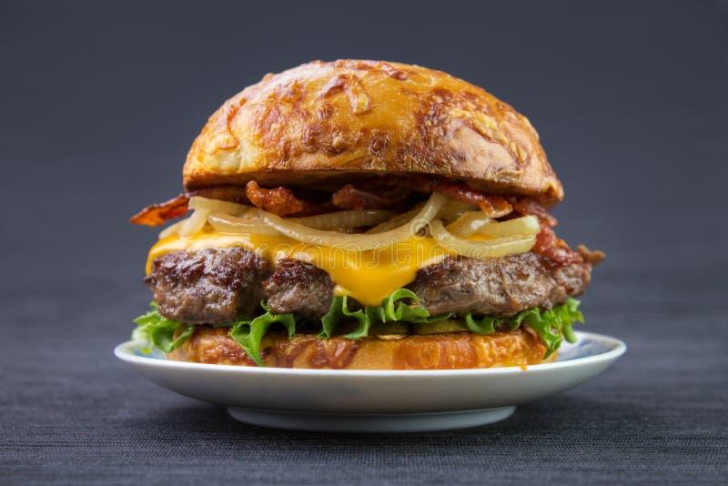 Бургер с плюшкой сыра стоковое фото