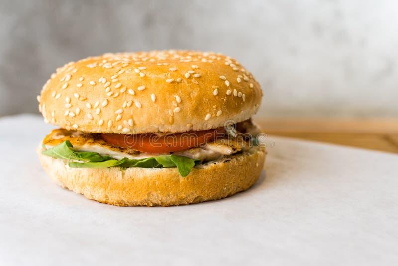 Бургер цезаря на деревянном столе стоковая фотография