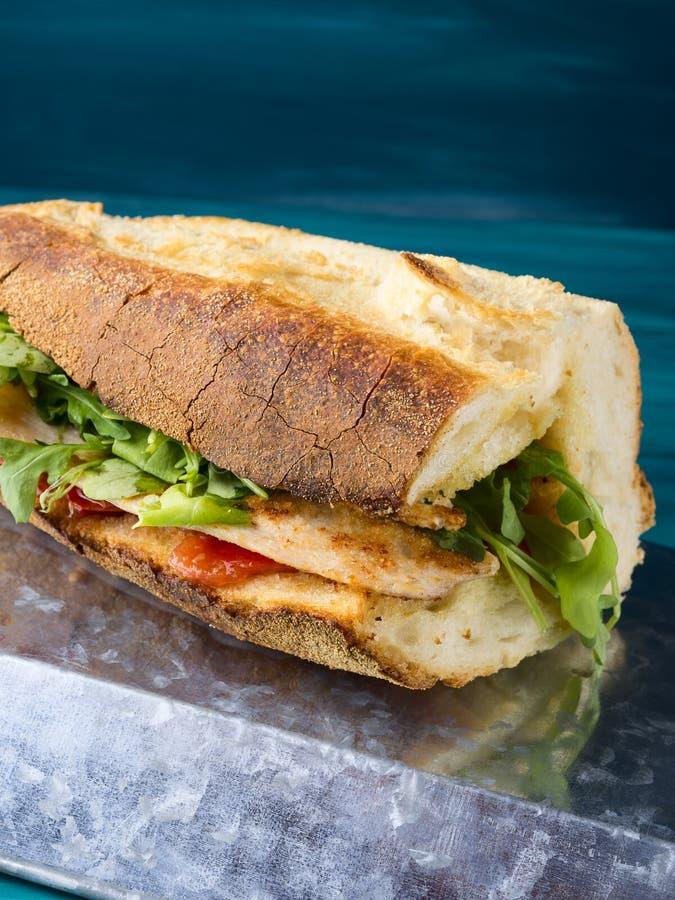 Бургер цыпленка с итальянским хлебом стоковые фото