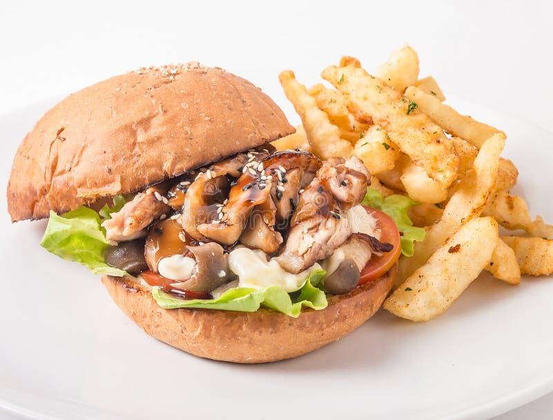 Бургер цыпленка, томаты, сыр и салат, гриб стоковая фотография