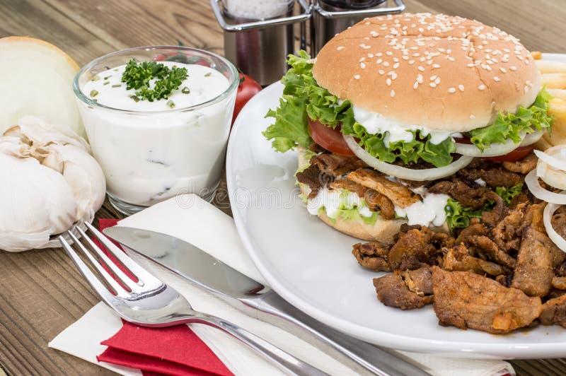 Бургер Kebab с мясом и обломоками стоковые фото