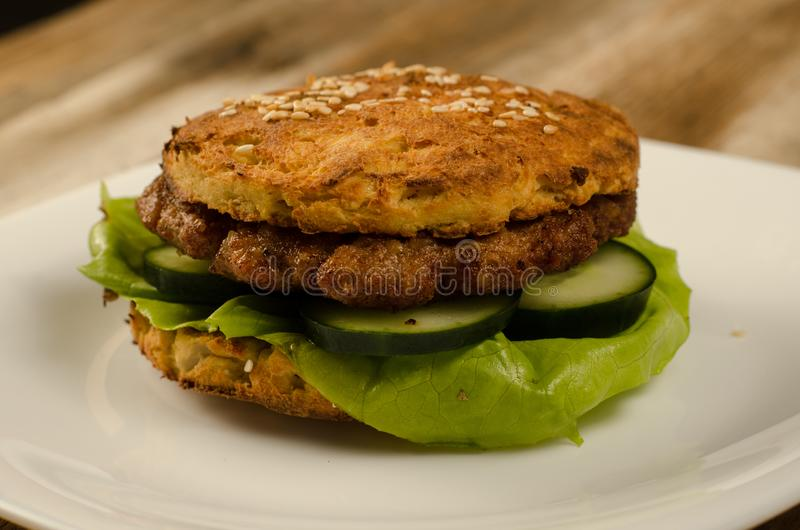Бургер Keto с цветной капустой стоковые изображения rf