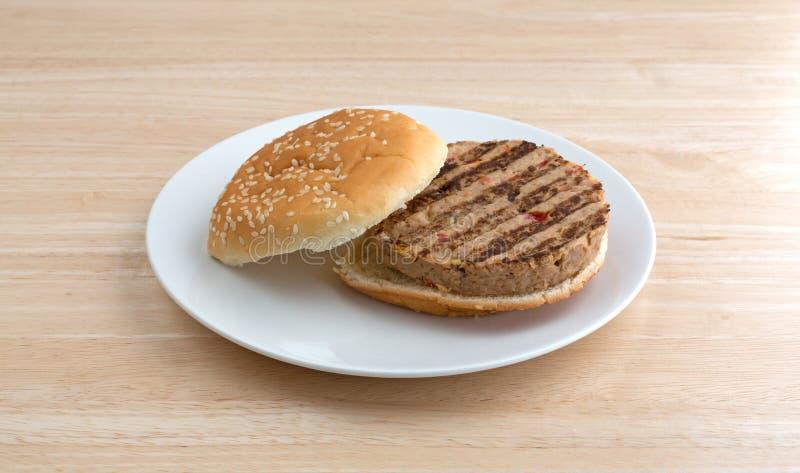Бургер Veggie на плите на деревянной таблице стоковые фото