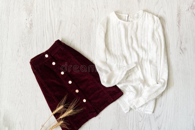 Бургундская юбка замши и белая блузка модная концепция стоковые фотографии rf